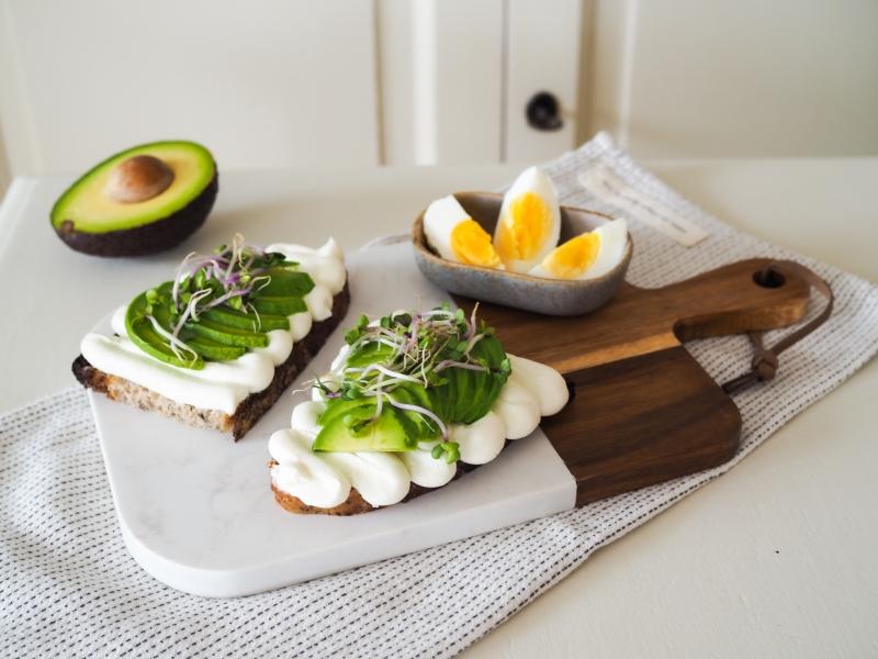 Lučina & Skyr s kváskovým chlebem, avokádem a vejcem