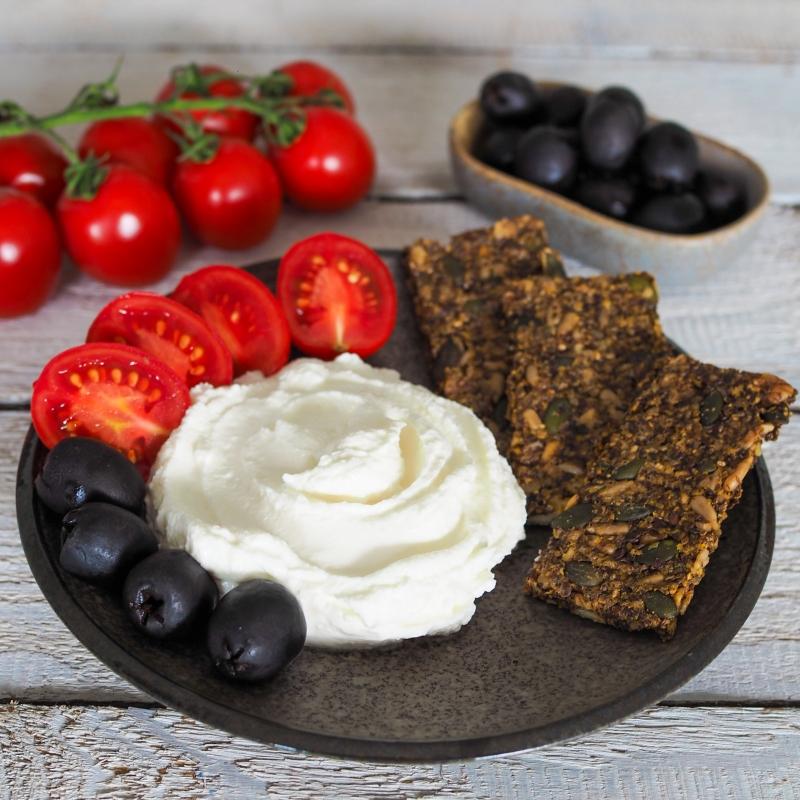 Lučina & Skyr se semínkovými krekry, rajčaty a olivami